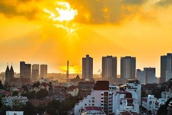 Ciudad iluminada por el sol