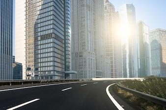 Ciudad moderna y rayo de sol