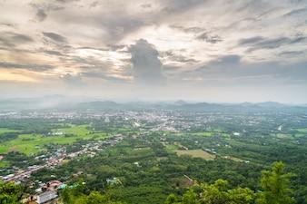 Ciudad vista desde lo alto de una montaña