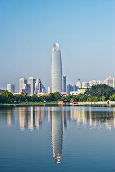 Ciudad vista desde un lago