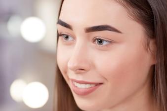 Cliente después del procedimiento de maquillaje permanente de las cejas.