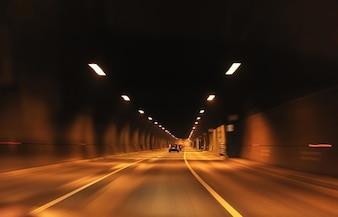 Coche dentro de un túnel