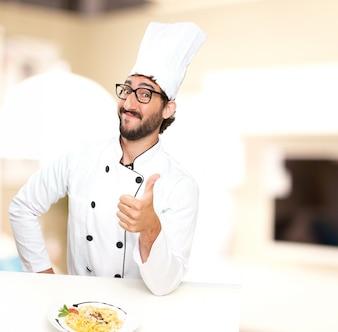 Cocinero con un plato de pasta