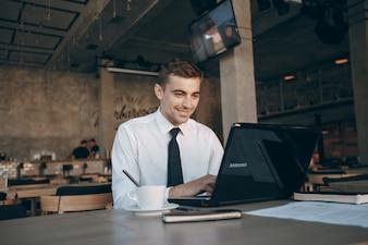 Coffe estilo de vida guapo una tecnología