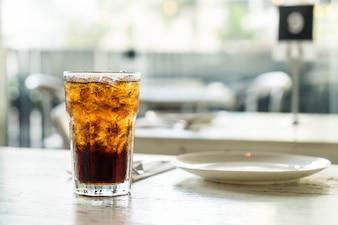 Cola helada en la mesa