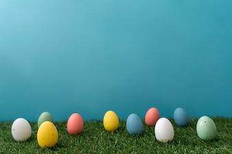 Colección de huevos de pascua de colores en la hierba