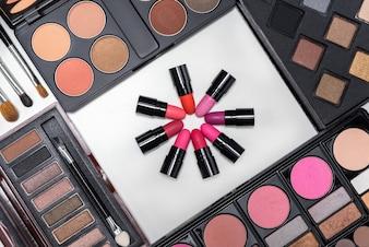 Colección de maquillaje paleta de cosméticos y pinceles en blanco espalda