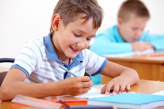 Colegial dibujando con un lápiz azul