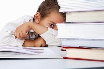 Colegial escondido detrás de unos libros