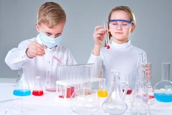 Colegiales mezclando líquidos
