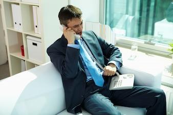 Collar de la oficina agresivo hombre contemporáneo