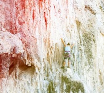 Color retro de los escaladores de roca que sube la pared en la playa de Railay,