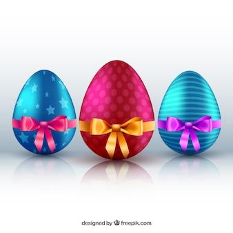 Coloridos huevos de Pascua y decoradas
