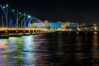 Fachadas de colores en la noche