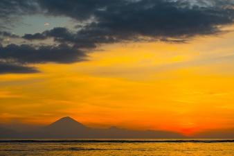 Colorido atardecer sobre Bali