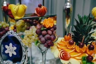 Comida con frutas decorada con arte