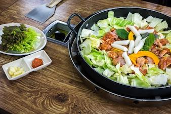 Comida sabrosa con carne y verduras