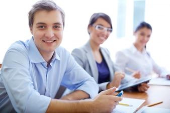 Compañeros de clase felices esperando al profesor