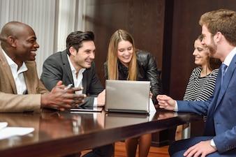 Compañeros de trabajo comentando el último análisis financiero