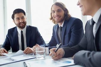 Compañeros de trabajo planeando una estrategia