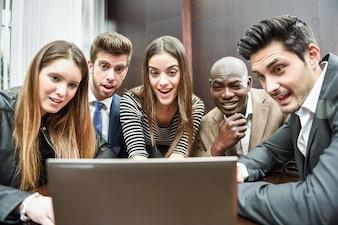Compañeros de trabajo sorprendidos con el ordenador