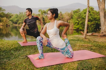 Compañeros de yoga con naturaleza preciosa