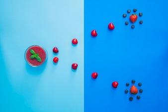 Composición abstracta con frutas rojas