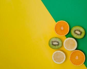 Composición con frutas cítricas en la esquina