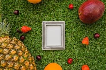 Composición con frutas veraniegas y marco