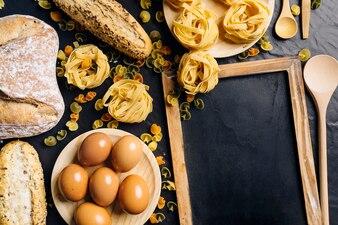 Composición de comida italiana con pizarra