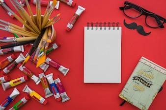 Composición del día del padre con cuaderno en blanco y pinceles