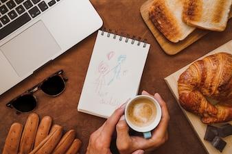 Composición del día del padre de manos sujetando una taza de café