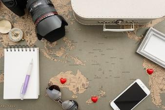 Composición impresionante con corazones rojos y objetos de viaje