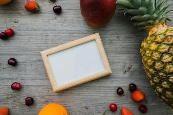 Composición veraniega con marco y frutas
