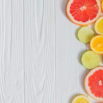 Composición veraniega con rodajas de fruta y espacio en blanco