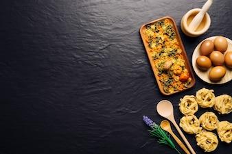 Concepto de comida italiana con espacio a la izquierda