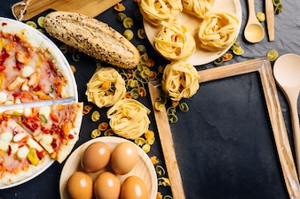 Concepto de comida italiana con pizarra, pizza y pasta
