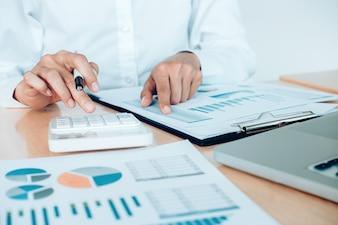 Concepto de economía de ahorro de finanzas. Contadora o calculadora de uso bancario.