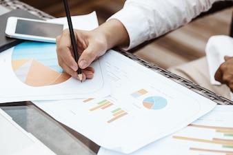 Concepto de negocio - hombre de negocios joven woking en el plan financiero. Análisis de la estrategia.