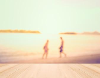 Concepto de vacaciones de verano - Perspectiva de madera y silueta de los ac