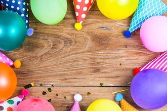 Concepto fiesta de cumpleaños sobre fondo blanco vista superior patrón