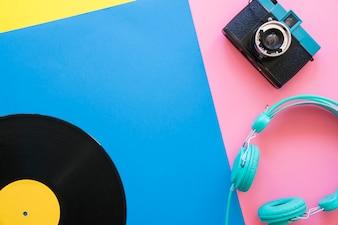 Concepto retro de música con vinilo, cámara y cascos