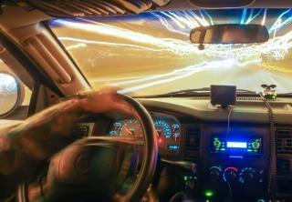 conducir a velocidad de carretera luz