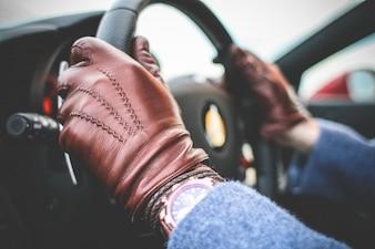 Conducir con guantes de cuero