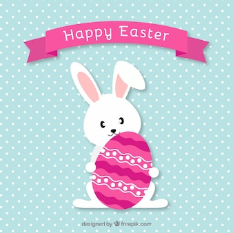 Conejo de Pascua encantador con huevo decorado