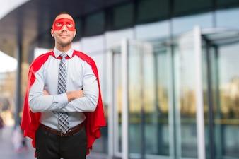 Confiado super hombre de negocios mirando hacia arriba