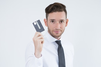 Confidente gerente masculino utilizando el pago sin efectivo