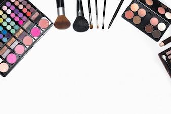 Conjunto de cosméticos de maquillaje con espacio de copia para el texto