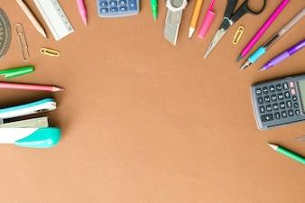 Conjunto de papelería en la mesa de color marrón, vista superior. Concepto de la escuela