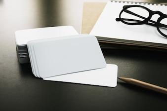 Conjunto de tarjetas de visita de identidad corporativa en blanco en la mesa del trabajador